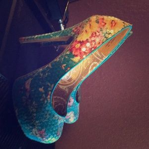 Sequin multicolored platforms with floral print